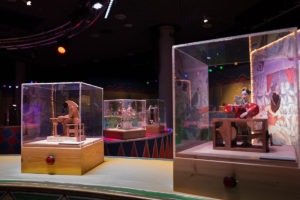 2 boxed automata in a circus setting